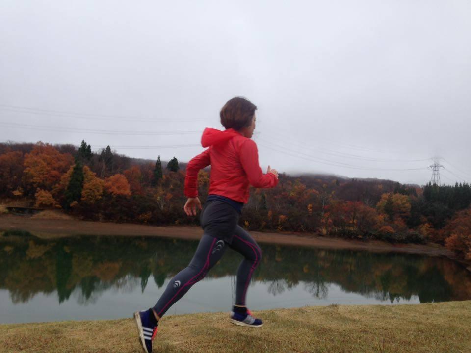紅葉の綺麗な風景を走る