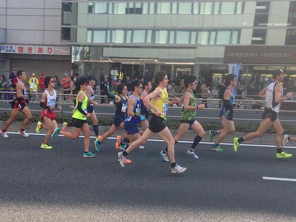 マラソン中も観客に手を振る加納由理