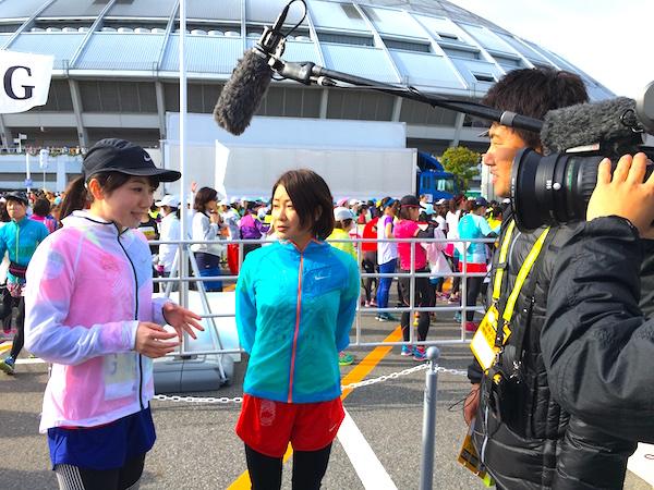 スタート前にカメラのインタビューを受ける上山アナ
