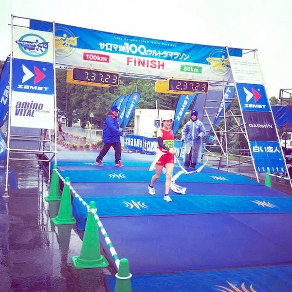 サロマ湖ウルトラマラソンゴールする加納由理